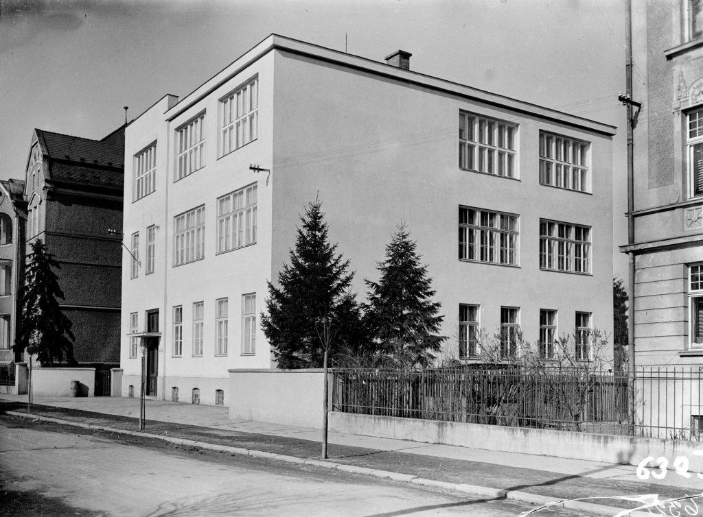 Fotografie školy z roku 1932